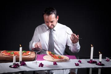 Mann isst Pizza und ekelt sich wegen dem Geschmack