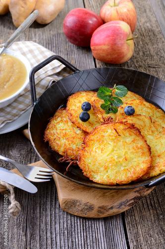 Leinwandbild Motiv Garnierte Kartoffelpuffer in der Servierpfanne