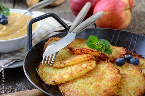 Deurstickers Klaar gerecht Kartoffelpuffer mit Apfelmus