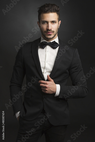 Latin man wearing a tuxedo - 80387654