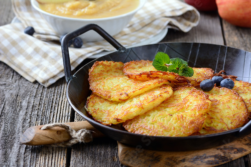 Fotobehang Restaurant Deftige Kartoffelpuffer mit Apfelmus