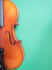 Detail einer Geige vor grünem Hintergrund