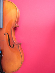 Detail einer Geige vor rotem Hintergrund