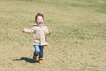 芝生で走る女の子