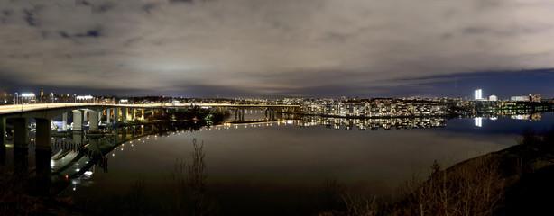 Lilla Essingen med Essingeleden till vänster en vindstilla natt