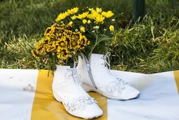 хризантемы, посаженные в ботинки