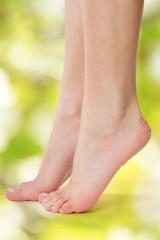 Füße grüner Hintergrund