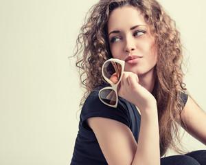 Модный портрет красивой молодой женщины