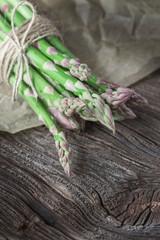 Knackiger Spargel grün auf Holzbrett