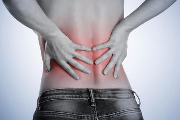 junge Frau hat Schmerzen im Rücken