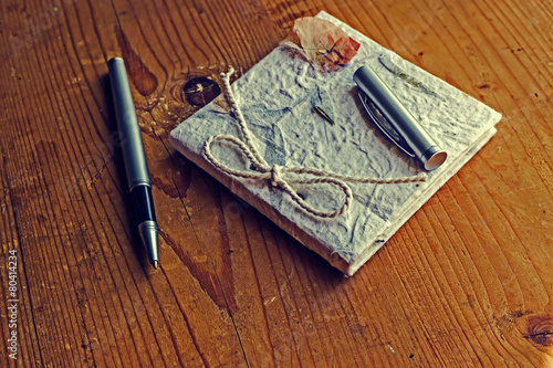 Foto op Plexiglas Retro Old diary memories with pen on a wooden table