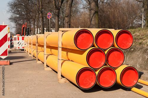 Leinwanddruck Bild Gestapelte grosse PE-Rohre für neue Gasleitungen aus Kunststoff