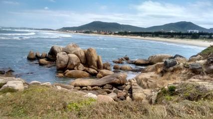 Praia, pedras e montanhas