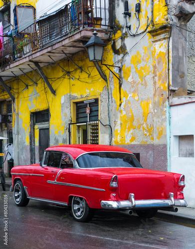 Papiers peints Caraibes Old car on a grungy street in Havana