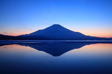 夕暮れの逆さ富士