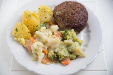 Frikadelle mit Kartoffeln