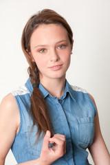 Modelo adolescente con fondo neutro 02