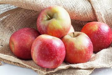 Pommes bicolores sur toile de jute