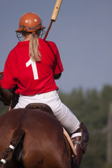 Frau im Polosport