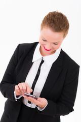frau schaut nach emails auf dem smartphone