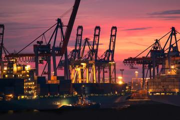 Schiffswerft in Aktion bei Sonnenuntergang