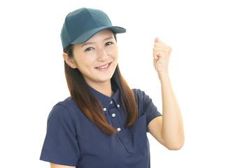 ガッツポーズの女性労働者