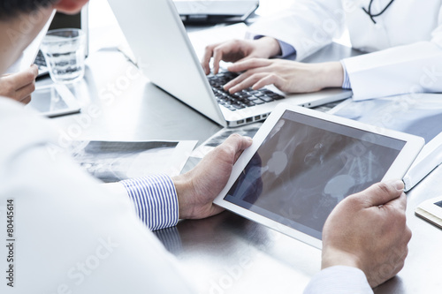 Doctors have the electronic tablet - 80445614