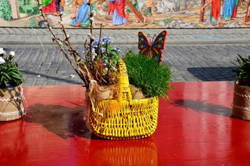 Strohkorb mit Osterdekoration