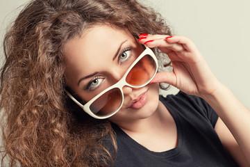 Портрет красивой молодой женщины в очках