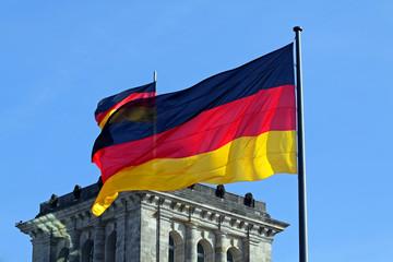 Deutschlandflaggen vor Reichstag