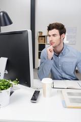 mann im büro schaut auf computer