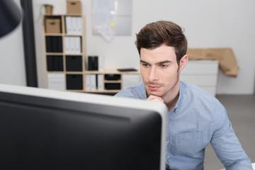 konzentrierter geschäftsmann schaut auf computer