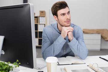 konzentrierter mann am schreibtisch