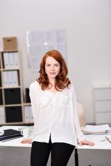 junge frau arbeitet in modernem büro