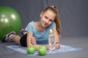 Девочка отдыхает на занятии фитнесом