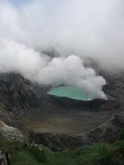 噴煙を上げるカルデラ湖