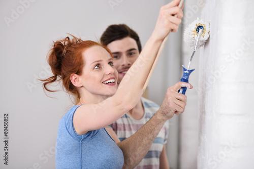 glückliches paar renoviert die wohnung - 80458852