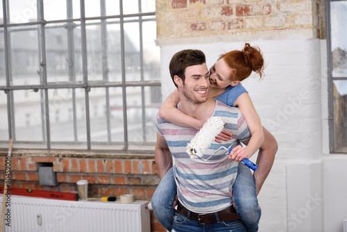 Leinwanddruck Bild verliebtes paar hat spaß beim renovieren