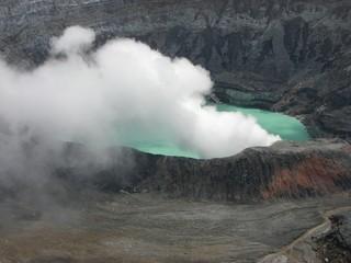 エメラルドグリーンのカルデラ湖