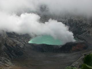 噴煙を上げるポアス火山口