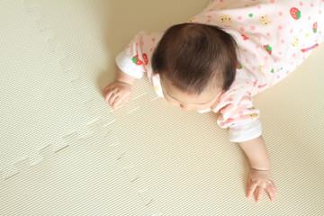 うつ伏せの赤ちゃん(0歳児)