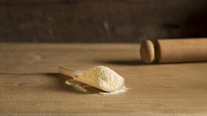 farina ingrediente su legno