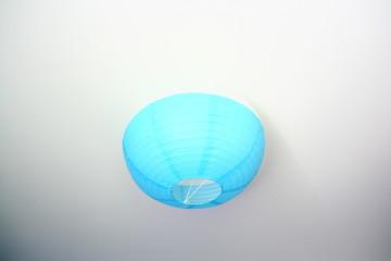 luminaire en papier bleu au plafond