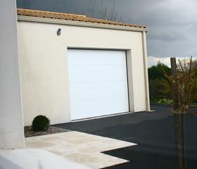porte de garage électrique sectionnelle sur maison