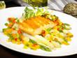Lachssteak auf Spargel und Gemüse