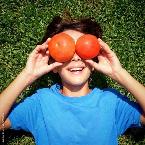 Niño con tomates por ojos
