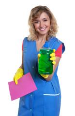 Putzfrau mit Lappen präsentiert ihr Spülmittel