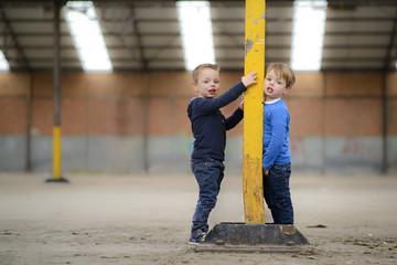 kleine kinderen spelen