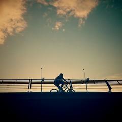 Silueta de bicicleta en puente
