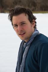 Retrato de hombre joven en fondo nevado